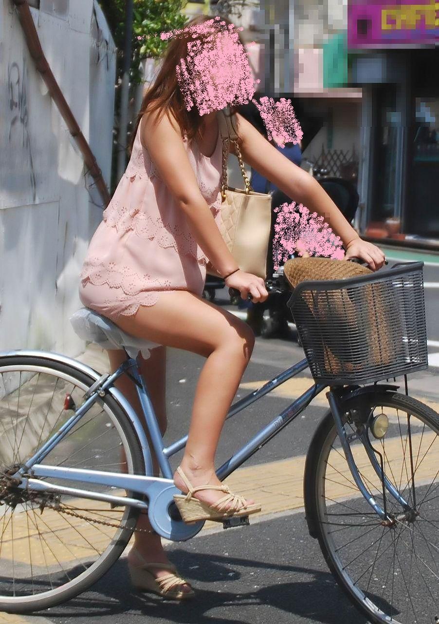 自転車パンチラ脚16