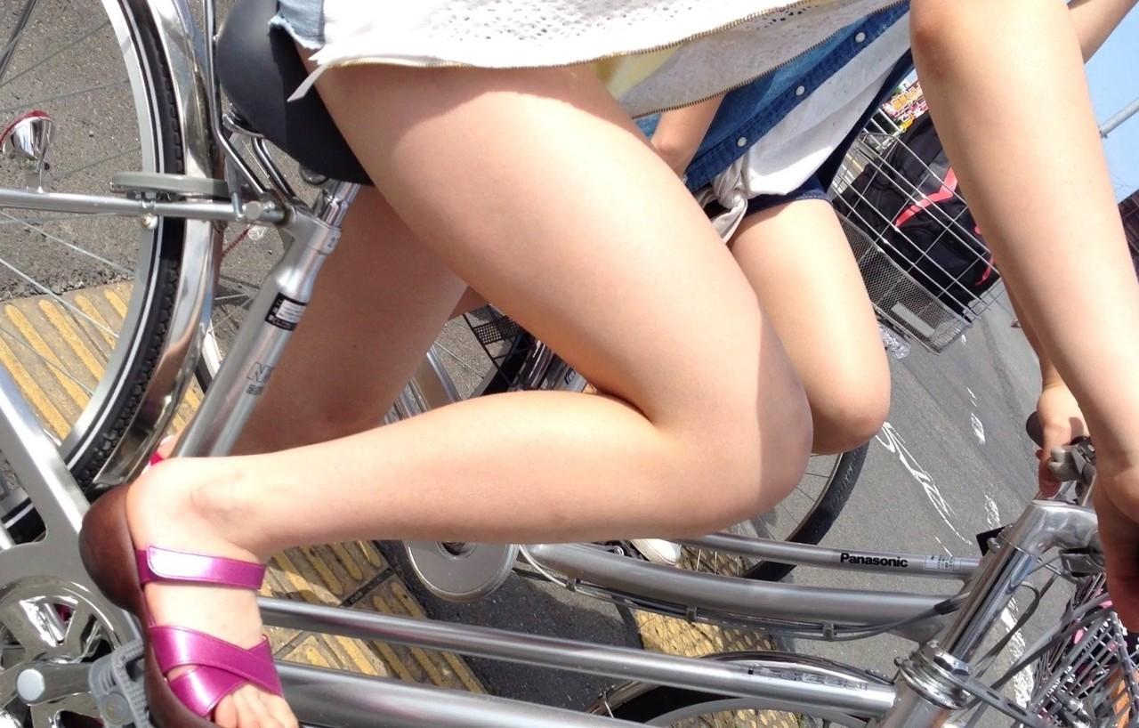 自転車パンチラ脚22