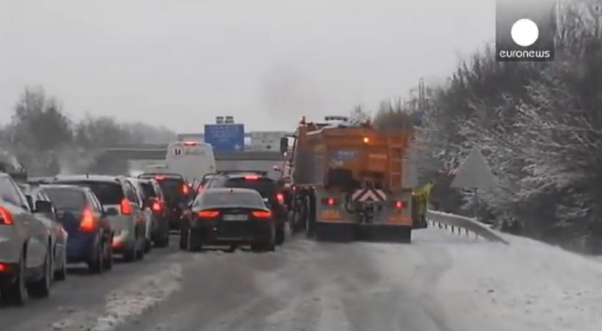 ヨーロッパでも大雪…フランス南東部では車およそ1万5000台が立往生