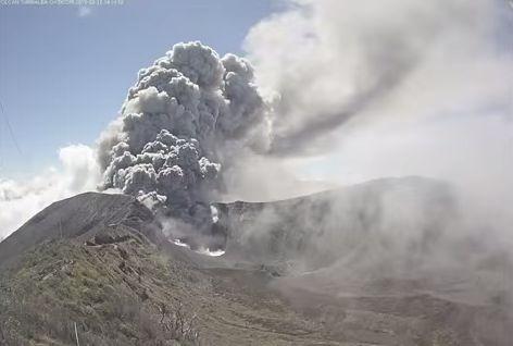 中米コスタリカのトゥリアルバ火山が噴火…火山灰により首都の空港閉鎖