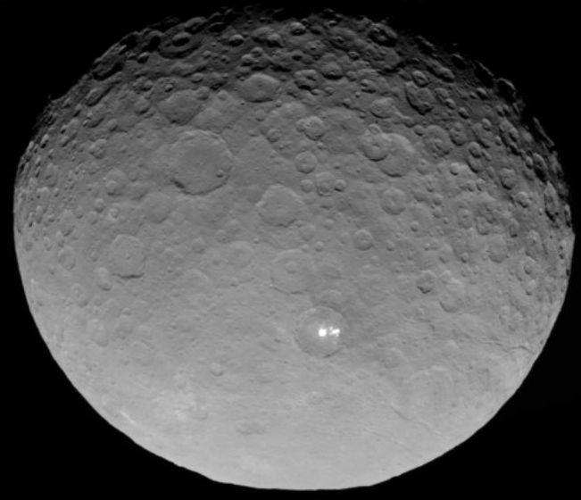 準惑星ケレス「謎の光」の正体は?複数の小さな光が集まっているものと判明か