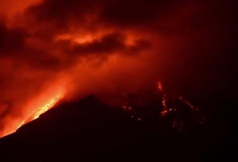 グアテマラのフエゴ火山が噴火…約5500メートルの噴煙を上げる