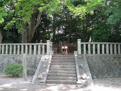 1024px-Grave_of_Onono_Imoko1.jpg