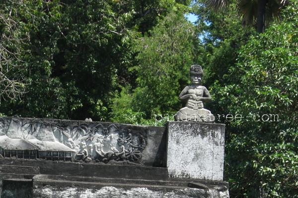 スンバ島の墓石に飾られたシャーマン像