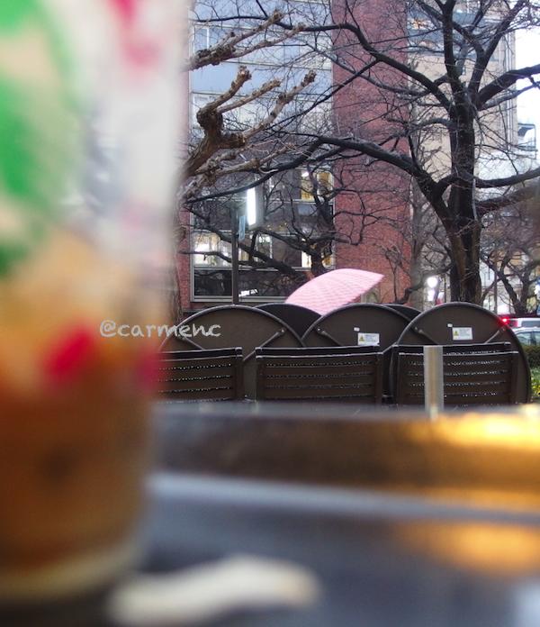 テーブルとピンクの傘