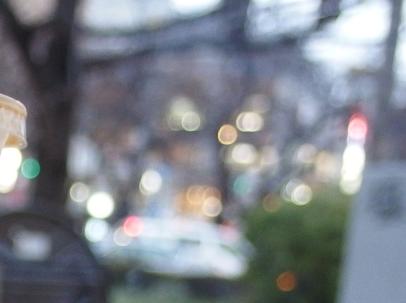 昼のスタバの通りの灯