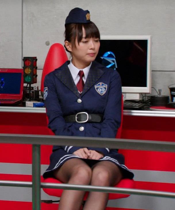内田理央 黒ストッキング&ミニスカ美脚キャプ画像(エロ・アイコラ画像)