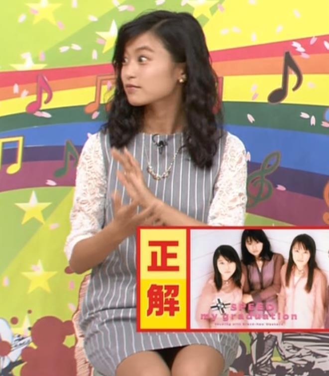 小島瑠璃子 パンツが見えそうなミニスカ美脚キャプ画像(エロ・アイコラ画像)