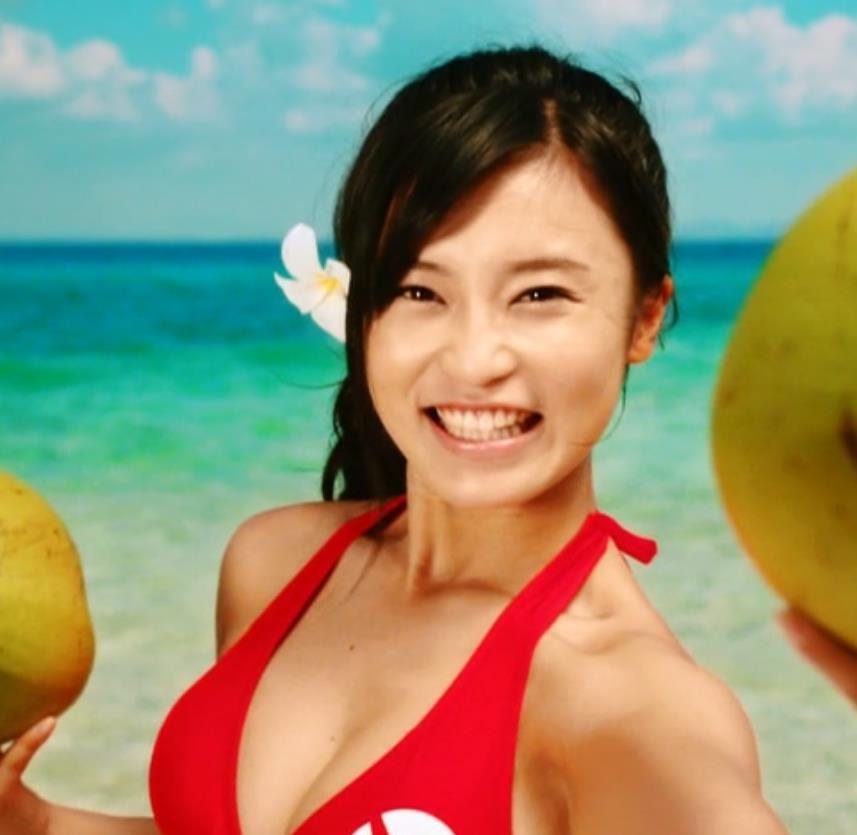小島瑠璃子 CMの水着からおっぱいがこぼれているキャプ画像(エロ・アイコラ画像)