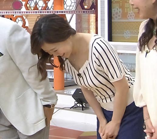 江藤愛 前かがみ胸の谷間チラキャプ画像(エロ・アイコラ画像)