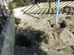 支柱の周りを掘る